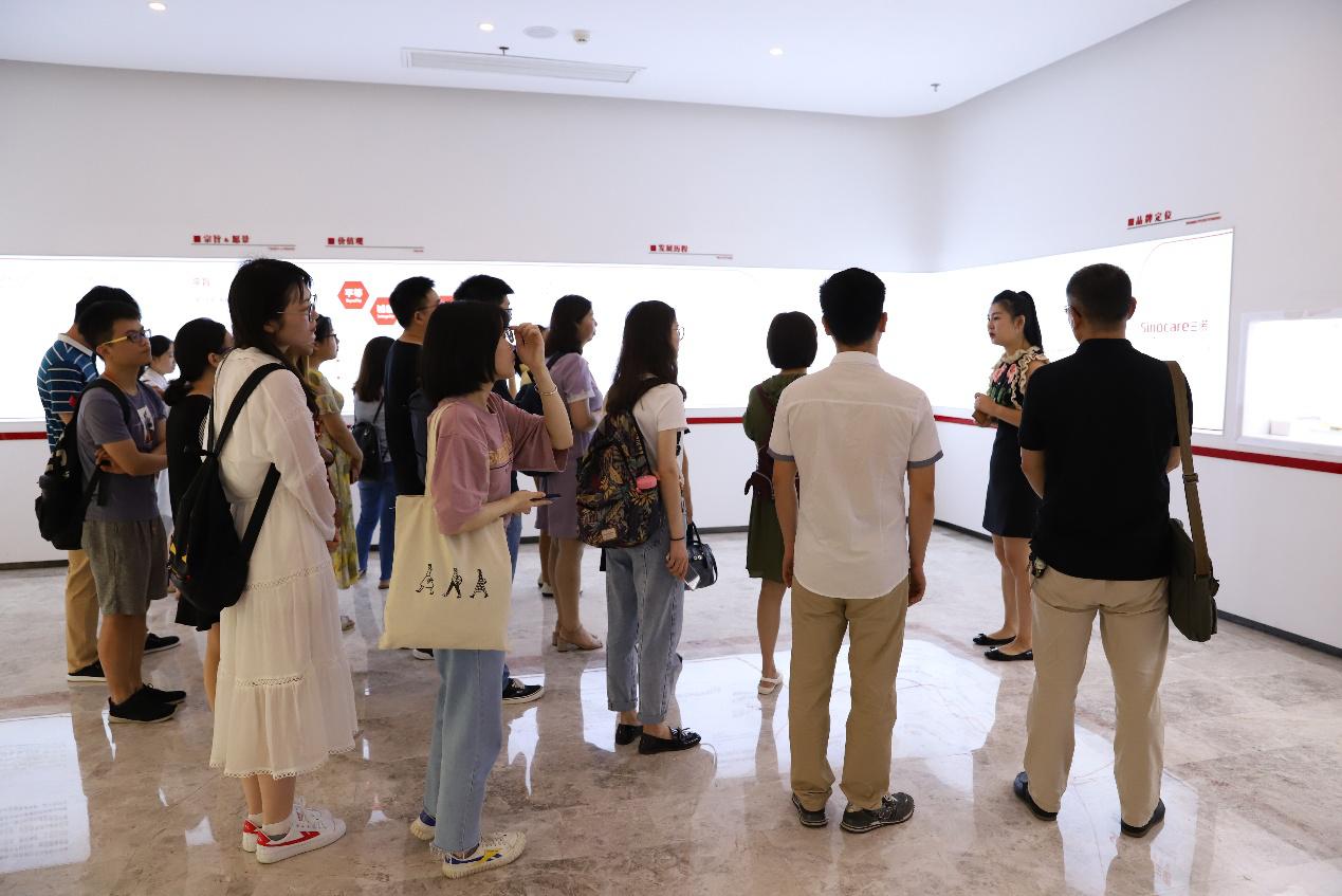 """中南湘雅公卫学院获""""三诺奖学金""""学生参观三诺生物"""